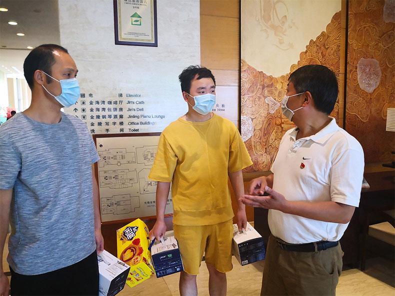 雷火电竞竞猜官网领导慰问火车站志愿者